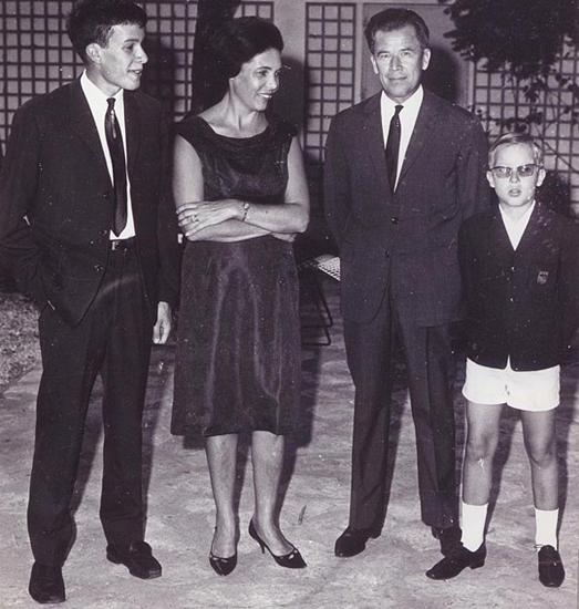 Виктор Ерофеев с мамой, папой и братом в Сенегале