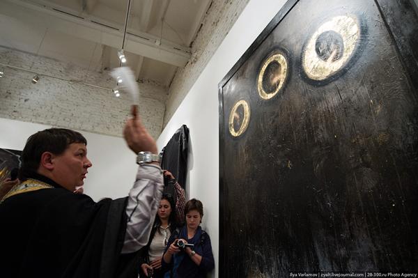 На гельмановской выставке Духовная брань оппозиционный поп освещает произведение актуального искусства