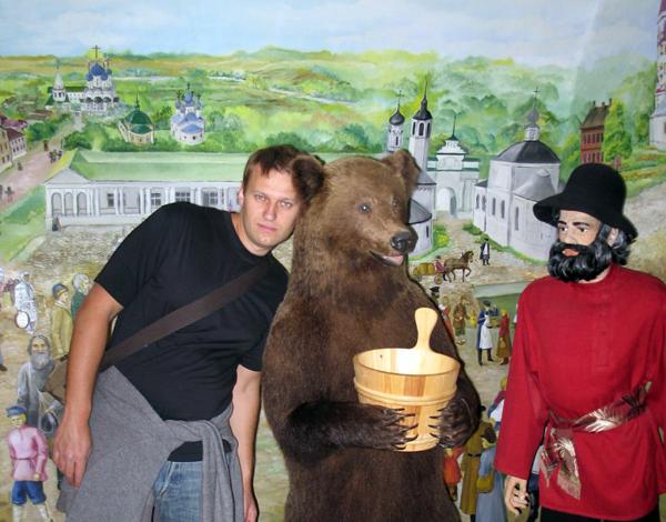 Алексей Навальный приобщается к народу в музее