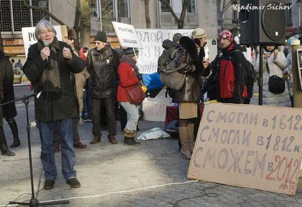 Интеллектуальный Андре Глюксман выступает в Париже на антипутинской демонстрации. Плакатик в правом нижнем углу уж больно говорящий
