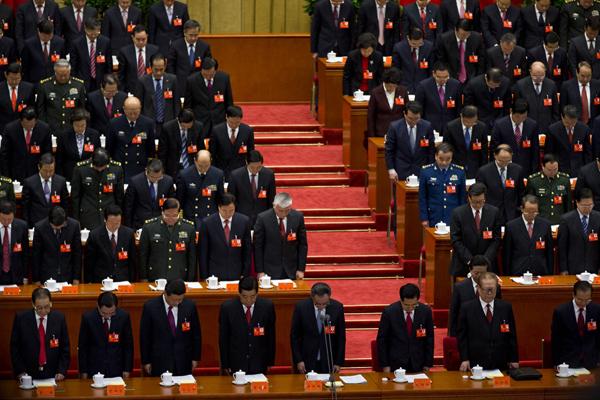 Минута молчания в память о покойных лидерах во время открытия 18-го съезда Компартии Китая.