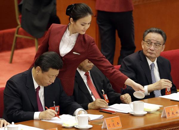 Си Цзиньпин (слева) и У Банго (справа) во время работы 18-го съезда Компартии Китая.