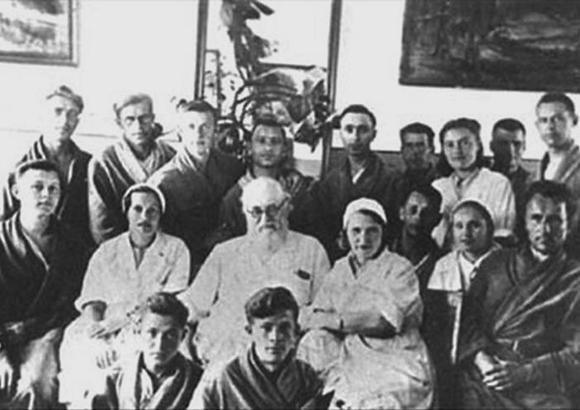 Святитель Лука (В.Ф. Войно-Ясенецкий) со своими сотрудниками