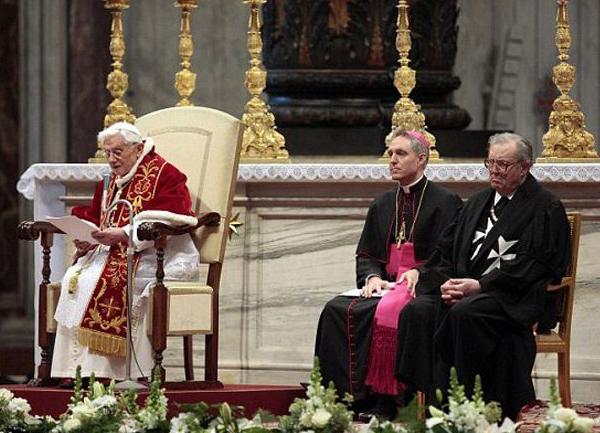 Слева папа Бенедикт ХVI, крайний справа фра Мэтью Фестинг, 79-й Князь и Великий магистр Суверенного военного гостеприимного ордена Святого Иоанна, Иерусалима, Родоса и Мальты