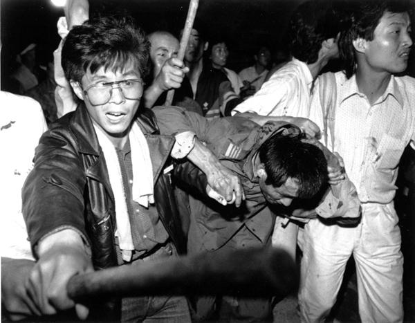 Танкист в в руках рзабушевавшихся студентов. 4 июня 1989