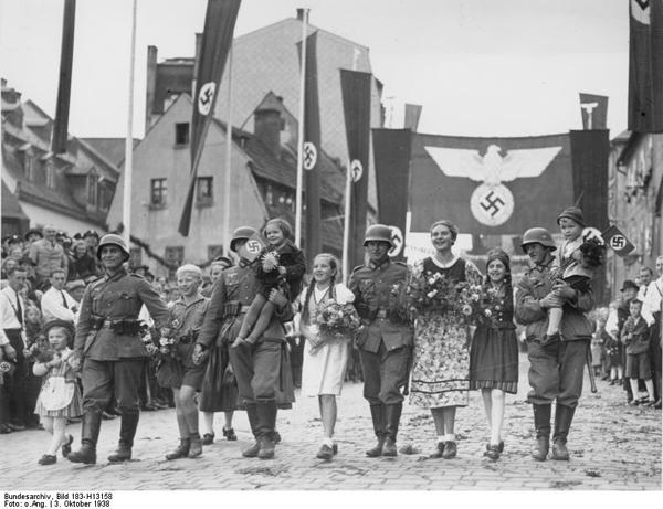 Всенародное гуляние по случаю входа немцев в Судетскую область Чехословакии