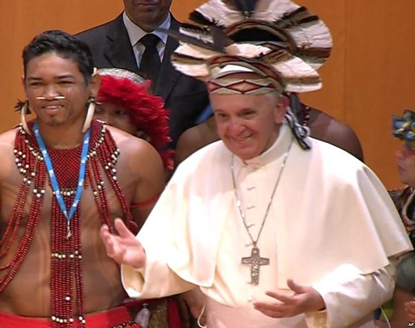 Толерантность папы. Франциск сменил папскую тиару на культовый головной убор одного из диких племен