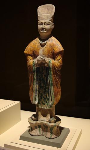 Танская статуя гражданского чиновника одетого в Ханьфу, сделанная в стиле глазированной керамики