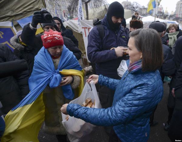 Заместитель госсекретаря США Виктория Нуланд  причащает украинцев печеньем