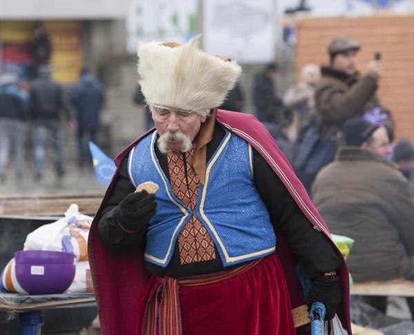 Украинец, причастный западным (западенским) ценностям исследует печенье