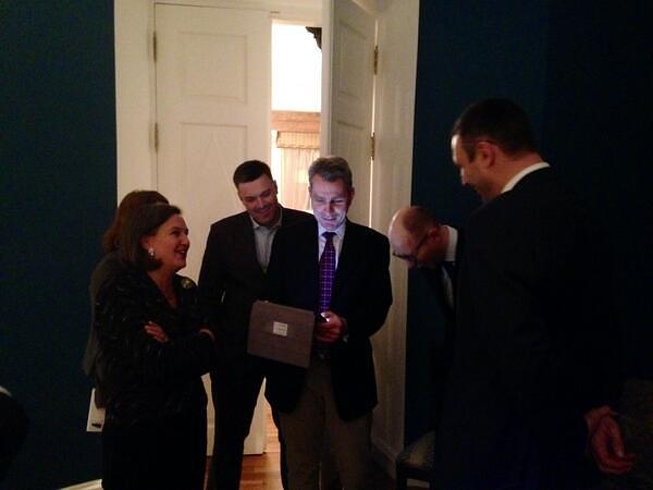 Слева направо заместитель госсекретаря США Виктория Нуланд, Олег Тягнибок,  посол США на Украине Джеффри Пайетт, Арсений Яценюк, Виталий Кличко