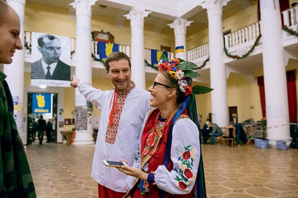 Жиди и москали (Красовский и Собчак), переодевшись в хохлов, наносят визит в бандеровский Киев. Фото: Владимир Шуваев