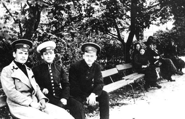 Студент Киевского университета Константин Паустовский с двумя однокашниками