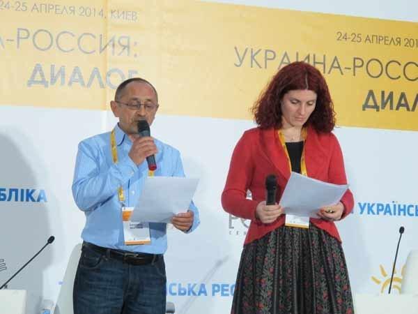 Александр Морозов и Марианна Кияновская зачитывают резюме конгресса