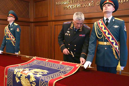 Владимир Колокольцев оформляет новое знамя МВД России