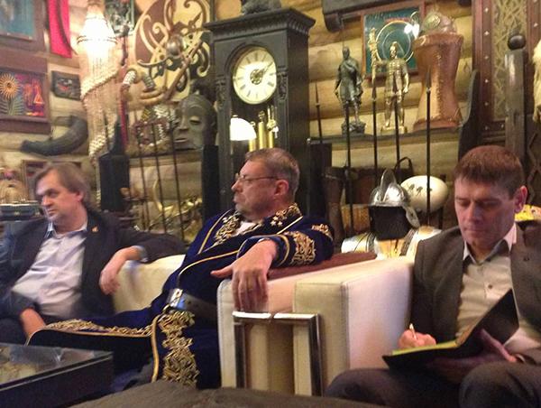 Андрей Девятов (в центре) на заседании мудрецов в усадьбе Славянский Кремль