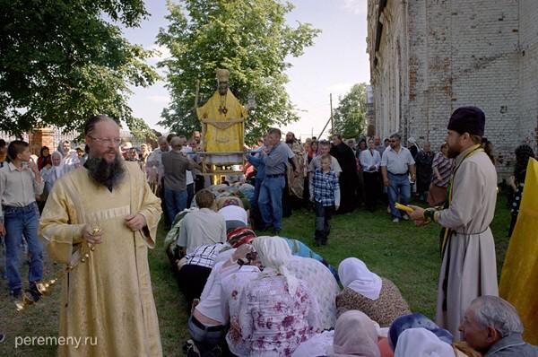 Ижеславль Рязанской области. Скульптуру Николы несут над народом вокруг церкви. Этот местный праздник проводится 28 июня, то есть очень близко ко времени летнего солнцеворота (22 июня). Фото Олега Давыдова