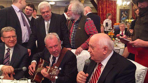 Горбачев с поклонниками на своем 85-летии