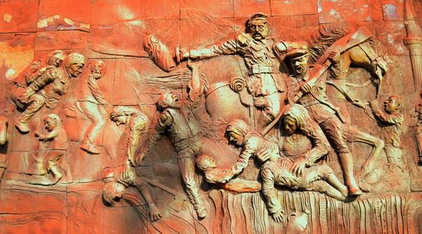 Панно в Эрзеруме, посвященное взятию города русской армией во время Первой мировой войны. Русские изображены головорезами, совершающими различные зверства. Так в Турции формируется образ русского как врага.