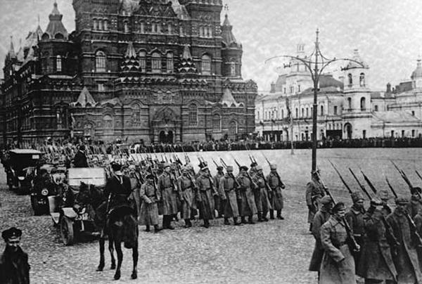 Большевистские силы маршируют на Красной площади