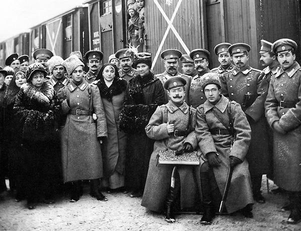 Перед отправкой на фронт. Офицеры и солдаты на вокзале в Петрограде. 1916 год