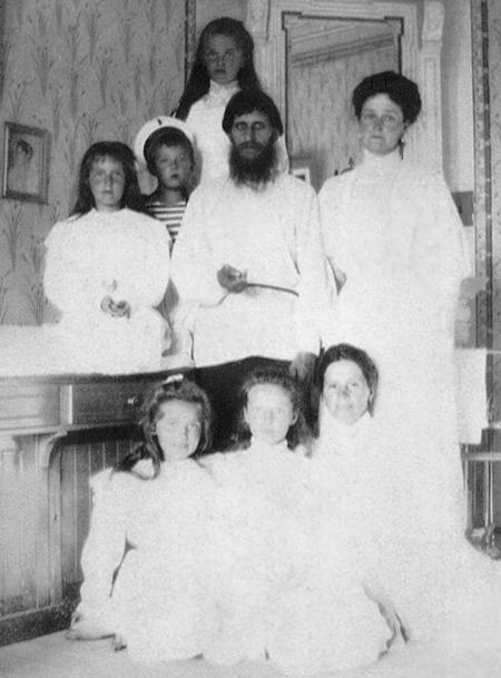 Распутин с императрицей, пятью детьми и гувернанткой