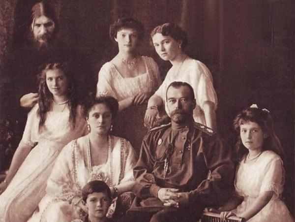Григорий Распутин с царским семейством