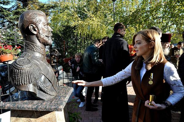 Наталья Поклонская и бюст Николая II