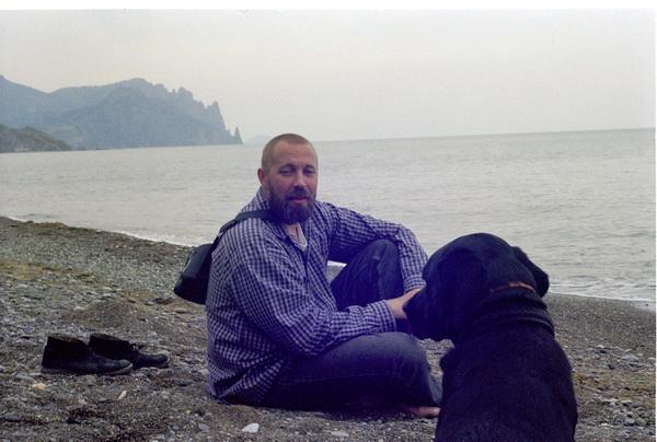 Олег Давыдов и его пёс Осман. Коктебель. 1997 год. Оба ещё очень молоды, и оба ещё не знают, что вскоре им предстоит помотаться по мистическим буеракам России