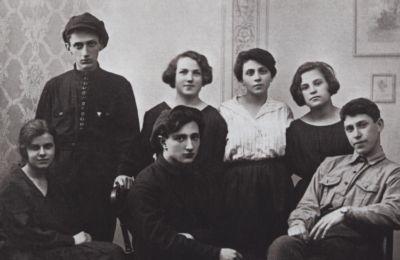 Вера Панова в молодости (сидит первая слева)