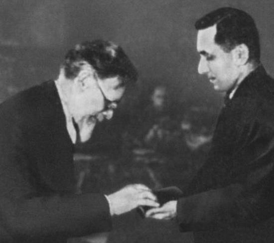 М. И. Калинин вручает М. М. Зощенко орден Трудового Красного Знамени. 17 февраля 1939 г.