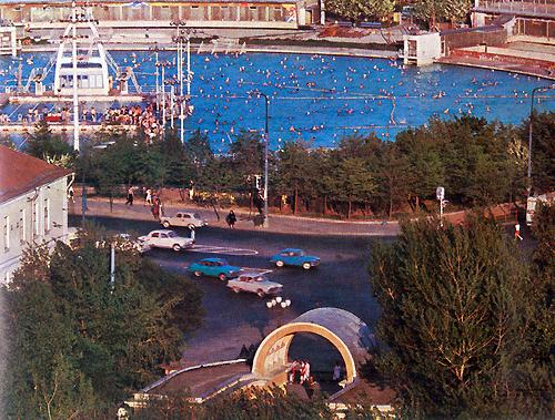 На месте Храма Христа Спасителя в те времена был бассейн Москва. Он хорошо был виден из окна мастерской Смирнова