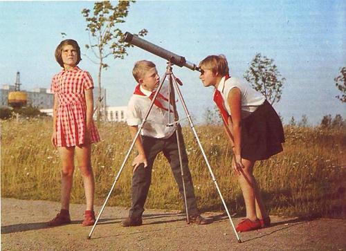 За кем наблюдают эти пионеры?