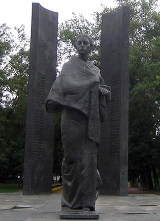 Памятник на Сретенском бульваре. Крупской?