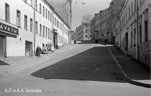 Кажется, это Печатников переулок уходит вверх от Трубной улицы. Фото стырено с сайта Записи жизненных сред, на который можно выйти, щелкнув по этой картинке