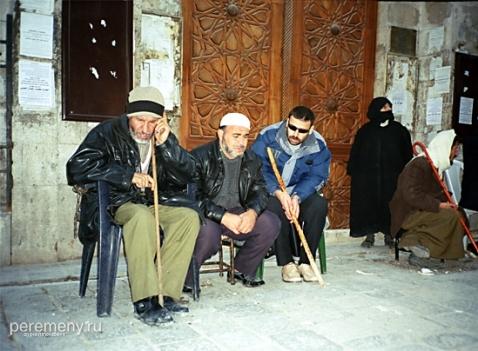 Сирия, Халеб. Дервиш разговаривает по телефону. Фото: Глеб Давыдов