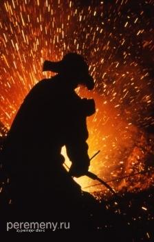 Разновидность современного кузнеца - металлург. Фото: Эдуард Капров/Peremeny.Ru