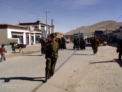 Китайские полицейский в Тибете. Не позволяет снимать, нехристь. Фото: Михаил Побирский