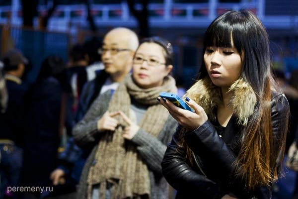 Почти все китаянки погружены в телефоны