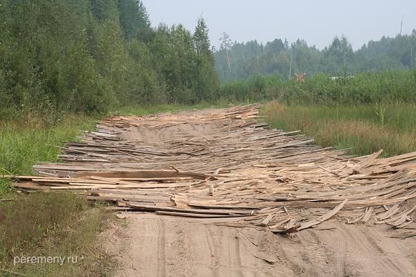 Дощатый настил над разбитой дорогой в Гремячем