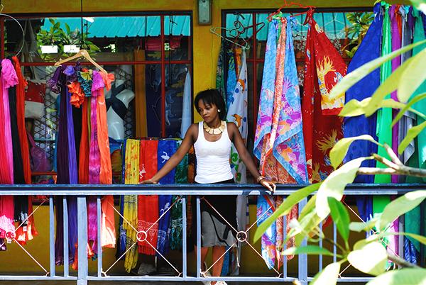 Woman & Market shop_Raymond Sahuquet