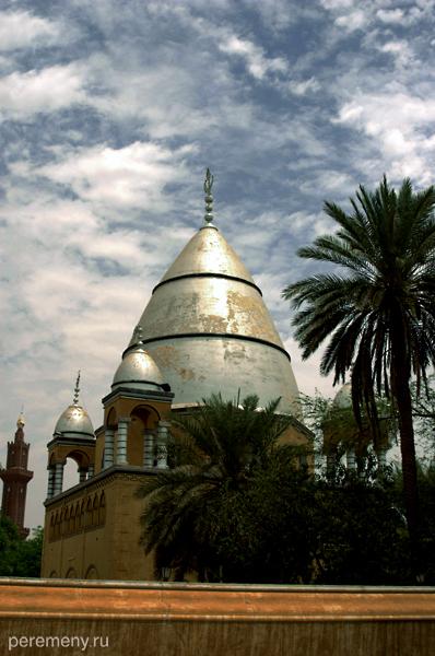 Это мавзолей Махди (это был религиозный лидер, воевал против иностранцев)