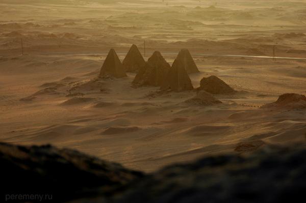 Особенно красиво пирамиды Эль-Курру выглядят на закате