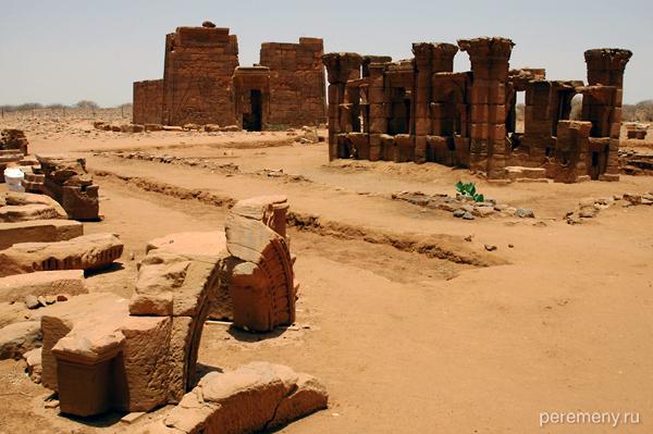Стены древних построек испещрены барельефами