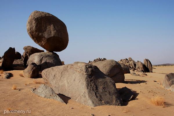 Изъеденные эрозией скалы в пустыне