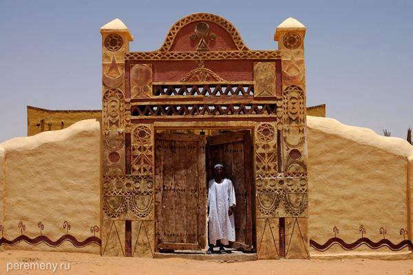 Парадная нубийская дверь в Кариме
